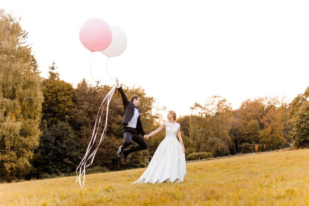Brautpaar mit Luftballons auf Hoher Darsberg