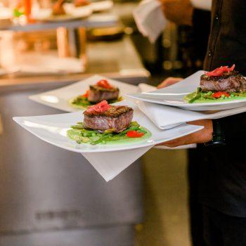 Serviert werden die Speisen im ambientvollen