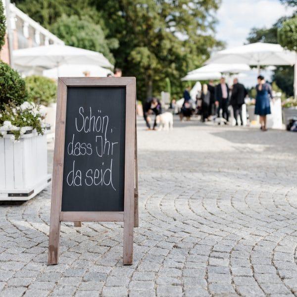 Sektempfang für eine Hochzeit im Freien