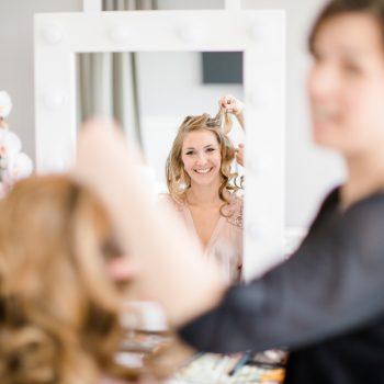 Braut bekommt ihre Frisur