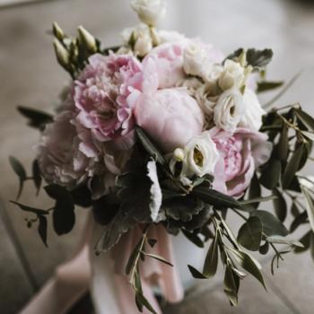Ein wunderschöner, dezent gehaltener Brautstrauß, der uns dahinschmelzen lässt.