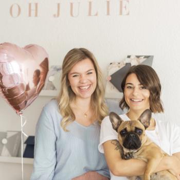 Teamwork makes the dream work - Zusammen mit ihrer Kollegin und ihrem Hund bilden sie das perfekte Team für die Erstellung Eurer Papeterie