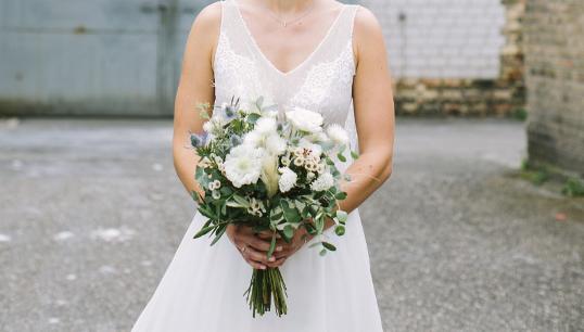 Mit dem Blumenstrauß ist der Look der Braut komplett und wunderschön. Der Brautstrauß wird mit abstand der bedeutendster Strauß im Leben einer Frau sein und in guter Erinnerung bleiben.