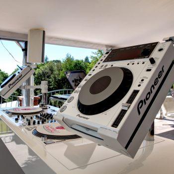 DJ-Pult auf der Terasse für die Party