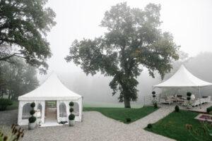 Hochzeitslocation Hoher Darsberg - Süddeutschland - Traumhochzeit - Die Hochzeitslocation liegt im Nebel - nur die Bäume und das Trauzelt in Süddeutschland nahe von Frankfurt, Heidelberg ist zu erkennen. Das Treuzelt ist wunderschön dekoriert und schon für das schlechte Wetter vorbereitet. Die Hochzeit kann beginnen. Auch im Nebel kann man auf dem Hohendarsberg - wie man sieht- wunderschön heiraten und eine unvergessliche Hochzeit zelebrieren.