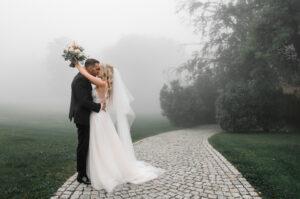 Hochzeitslocation Hoher Darsberg - Süddeutschland - Traumhochzeit - Es ist nebelig - das Brautpaar lässt sich vom schlechten Wetter Ihre Traumhochzeit nicht vermiesen. Sie geniessen trotz Nebel den innigen Augenblick und liegen sich in den Armen. Eine Hochzeit mit schlechter Wetter und einem guten Plan B, kann eine zu einer wunderschönen unvergesslichen Hochzeit werden.