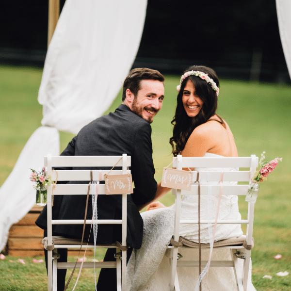 Brautpaar bei Trauung im Freien