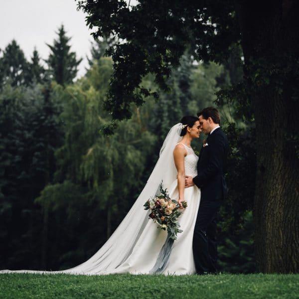 Brautpaar umgeben von Wald und Wiese