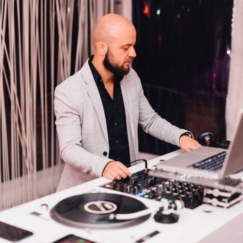 Der DJ heizt zum Feiern an