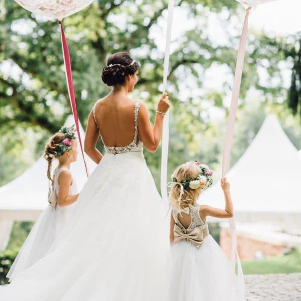 Braut und Blumenkinder mit Luftballons