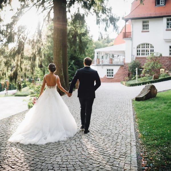 Brautpaar schlendert über das Gelände von Hoher Darsberg