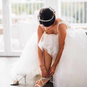 Braut bereitet sich in ihrem Zimmer auf die Hochzeit vor