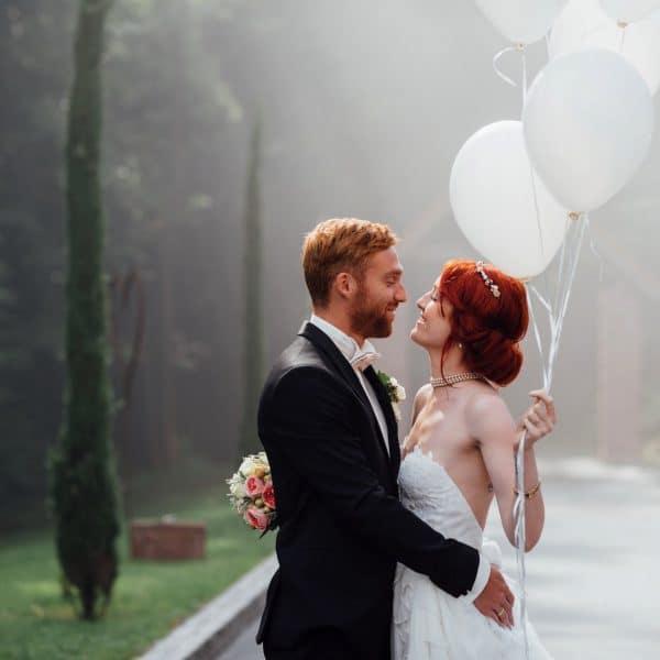 Brautpaar mit Luftballons in der Natur