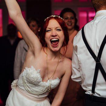 Braut hat Spaß beim Tanzen