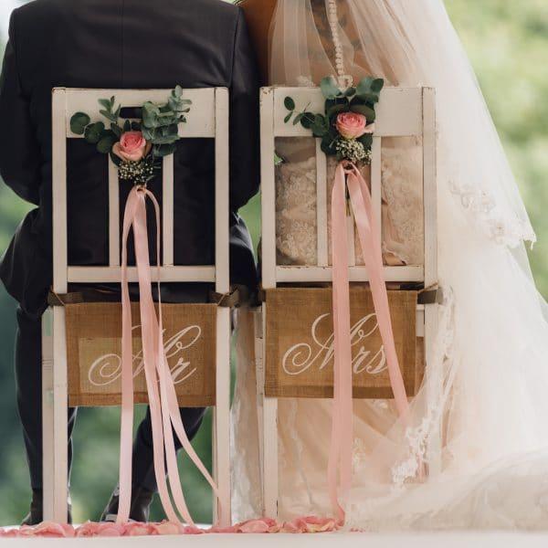 Brautpaar bei Trauungszeremonie in der Natur