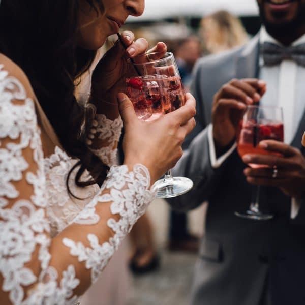 Braut und Gäste beim Sektempfang