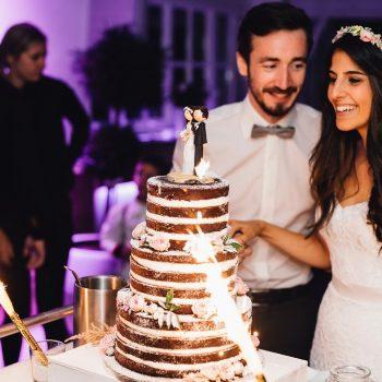 Brautpaar schneidet Hochzeitstorte mit