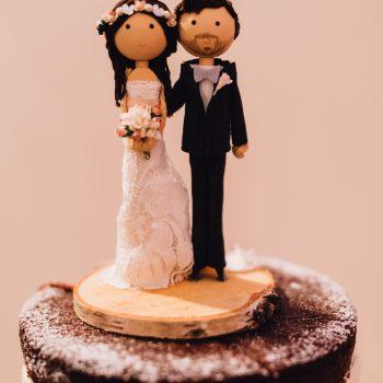 Kuchen dekoriert mir Brautpaar-Figur