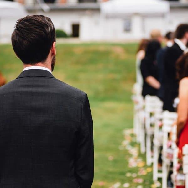 Bräutigam wartet auf Braut für die freie Trauung
