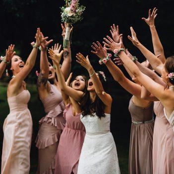 Braut wirft den Brautstrauße