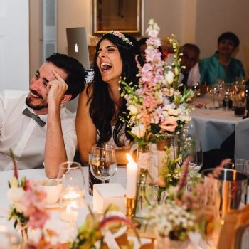 Hochzeitsgäste amüsieren sich bei gutem Essen