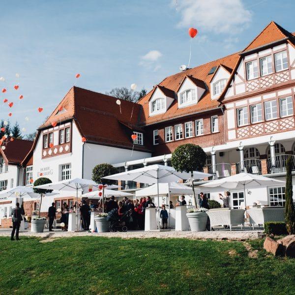 Hochzeitsgäste lassen Luftballons steigen